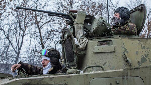 Украинские военнослужащие на дороге между Дебальцево и Артемовском