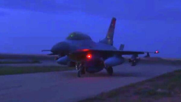 Истребитель ВВС Египта во время взлета с авиабазы