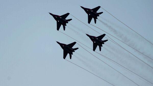 Истребители Миг-29 пилотажной группы ВВС России Стрижи выступают на параде, посвященном 70-летию освобождения Белграда от немецко-фашистских захватчиков