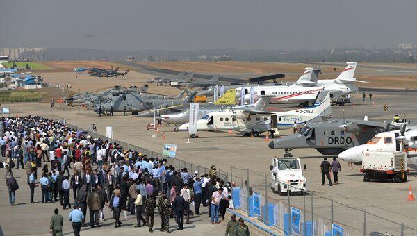 Посетители авиасалона Aero India 2015 в Бангалоре.  Архивное фото