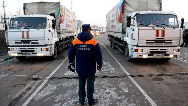 Грузовые автомобили с российской гуманитарной помощью для жителей Донбасса на КПП Донецк