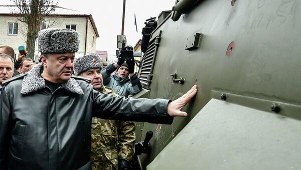 Президент Украины Петр Порошенко во время тестирования британских броневиков Saxon на базе Нацгвардии в Новых Петровцах под Киевом. 13 февраля 2015. Архивное фото