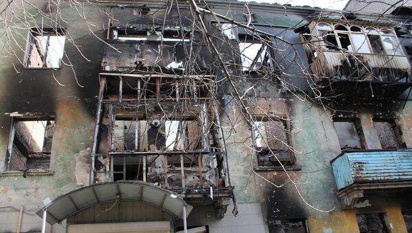 Разрушенный в результате обстрелов жилой многоквартирный дом в городе Дебальцево