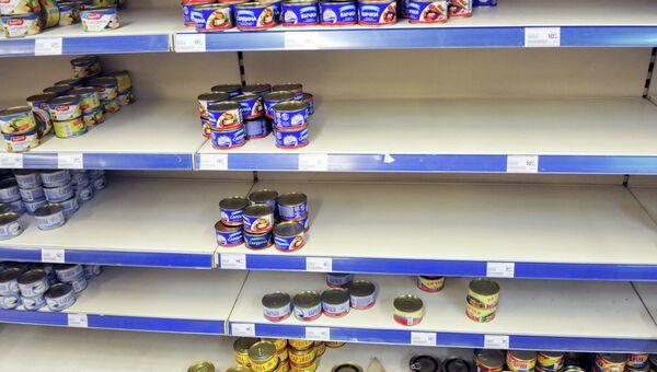 Пустые прилавки в одном из сетевых магазинов Львова. Архивное фото