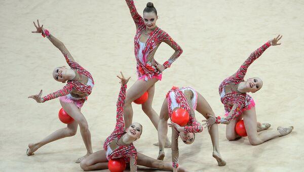 Гимнастки сборной России выполняют групповые упражнения с мячами. Архивное фото