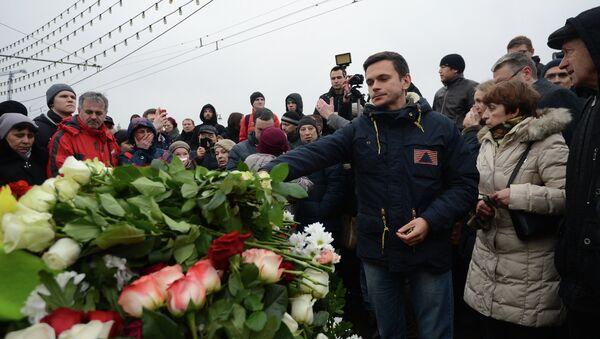 Илья Яшин возлагает цветы на месте убийства политика Бориса Немцова
