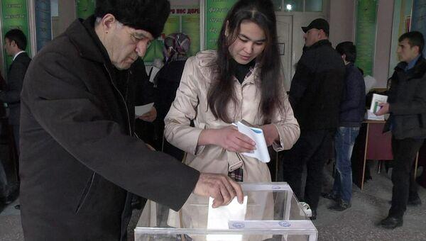 Жители принимают участие в голосовании на парламентских выборах на избирательном участке в Душанбе. Архивное фото