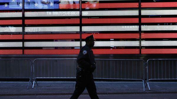 Полицейский на улице в Нью-Йорке, США. Архивное фото