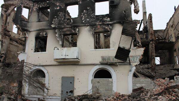 Жилой многоквартирный дом, разрушенный в результате обстрелов во время боевых действий в городе Углегорске. Архивное фото