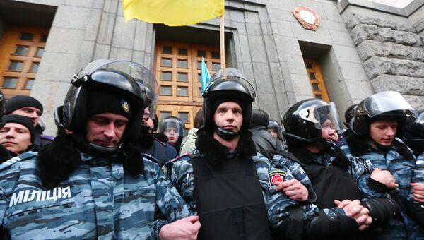 Сотрудники правоохранительных органов у здания Харьковского городского совета во время митинга активистов Евромайдана