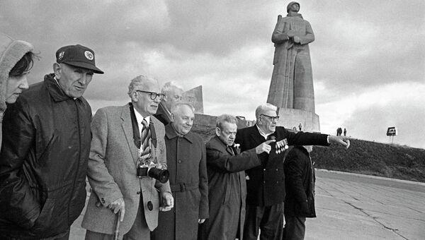 Британские и советские ветераны II Мировой войны встретились у мемориала Защитникам Советского Заполярья в годы Великой Отечественной Войны (Алёша) в Мурманске