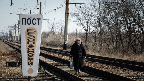 Женщина идет по железнодорожным путям недалеко от Дебальцево. Архивное фото