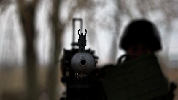 Солдат ВСУ с крупнокалиберным пулеметом на блок-посту возле Курахово, Украина