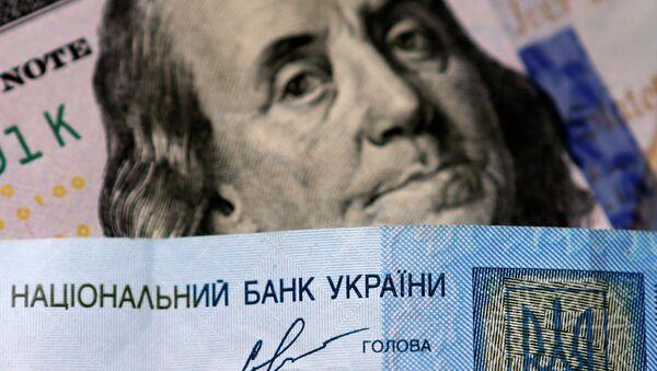 Денежные купюры США и Украины