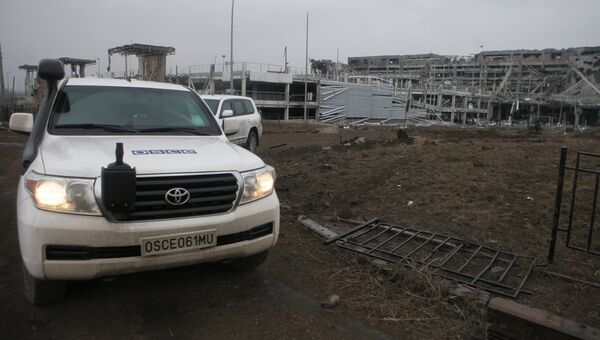 Автомашины миссии ОБСЕ у аэропорта города Донецка