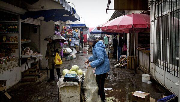 Уличная торговля в Луганске. Архивное фото