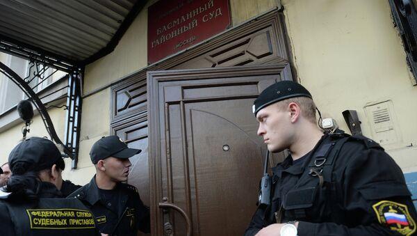 Сотрудники Службы судебных приставов у здания Басманного суда Москвы. Архивное фото