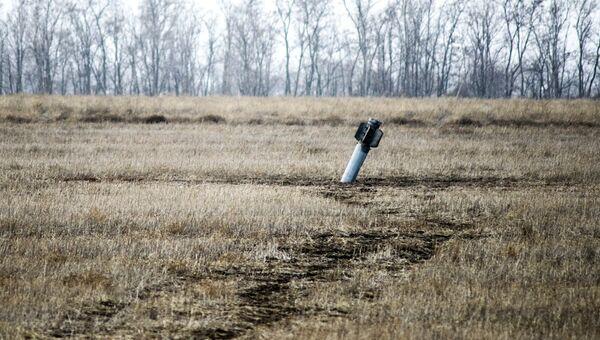 Неразорвавшийся боеприпас в поле в Донбассе. Архивное фото