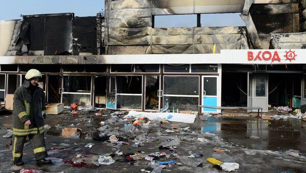 Сотрудник МЧС РФ во время разбора завалов на месте пожара в казанском торговом центре Адмирал. Архивное фото