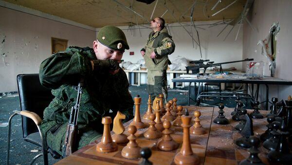 Ополченцы ДНР играют в шахматы на окраине Донецка. Архивное фото