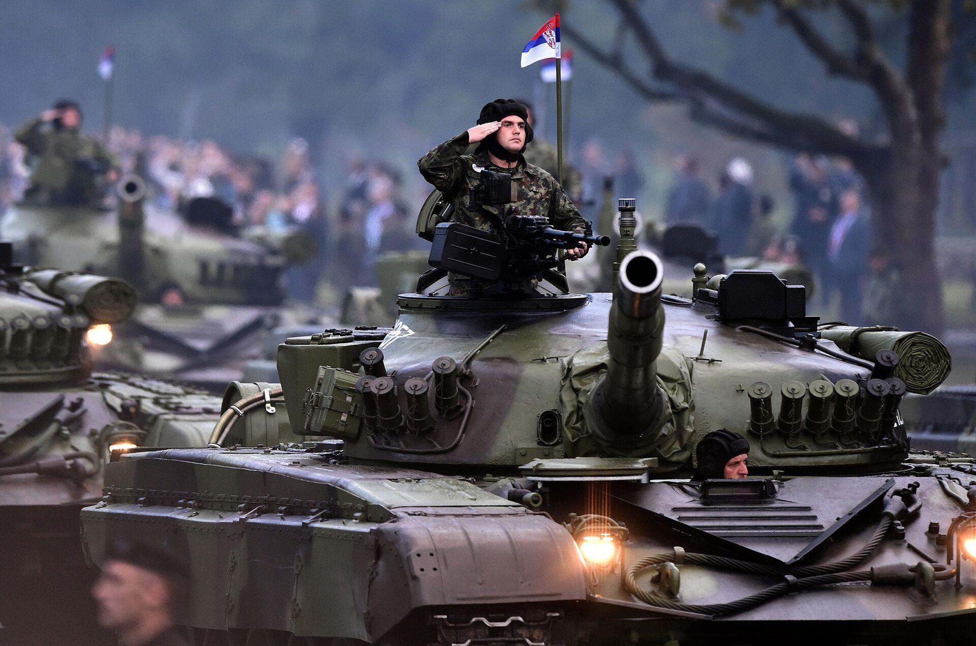 Сербский военнослужащий во время парада в танке M 84A - РИА Новости, 1920, 27.09.2021