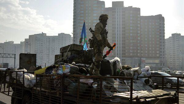Украинский солдат стоит на БТР в Киеве. Март 2015