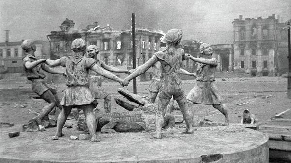 Разрушенный памятник играющим детям в Сталинграде
