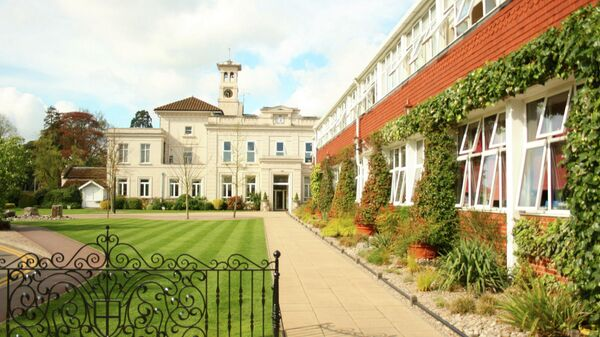 Здание школы St George в городе Вейбридж на юго-востоке Великобритании