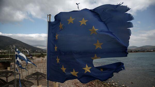 Порванные ветром флаги ЕС и Греции в Афинах. Архивное фото