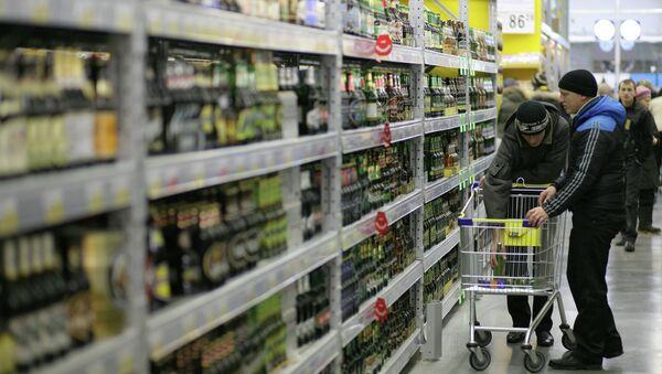 Покупатели выбирают алкогольную продукцию. Архивное фото
