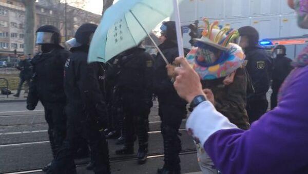 Ряженые в клоунов демонстранты кидались на полицейских во Франкфурте