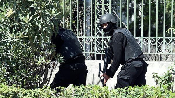 Сотрудники органов безопасности Туниса, возле здания музея Бардо. Архивное фото