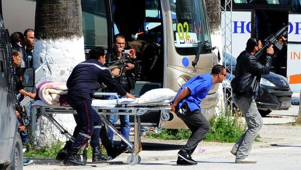 Спасатели эвакуируют пострадавших в атаке боевиков возле национального музея в Тунисе. Архивное фото