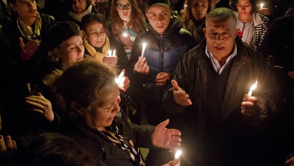 Тунисцы с зажженными свечами у ворот национального музея Туниса. Архивное фото