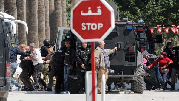 Полиция эвакуирует туристов из района перестрелки у национального музея Туниса