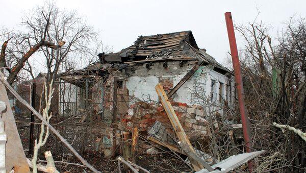 Разрушенный в результате обстрелов во время боевых действий частный дом на улице Крупской, расположенной рядом с аэропортом города Донецка