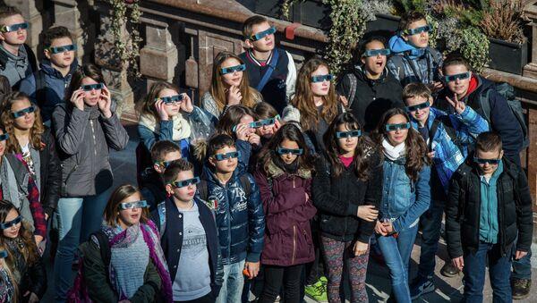 Дети смотрят на солнечное затмение в Мюнхене, Германия