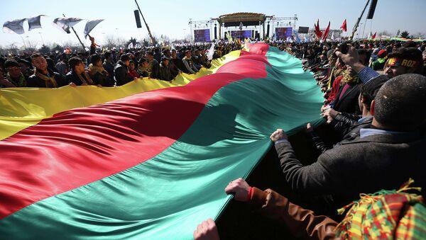Сторонники курдского лидера Абдуллы Оджалана с курдским флагом. Архивное фото