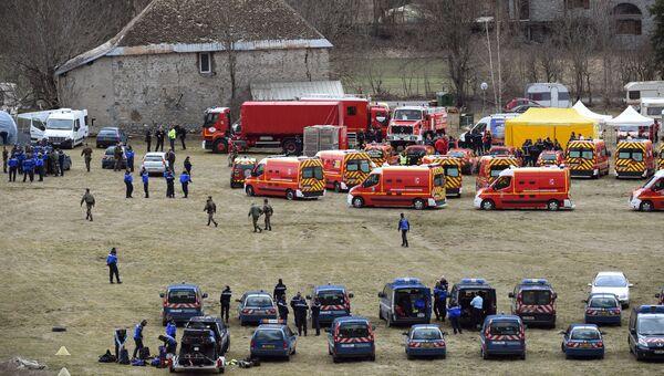 Спасательные службы недалеко от места крушения самолета Airbus A320 на юго-востоке Франции