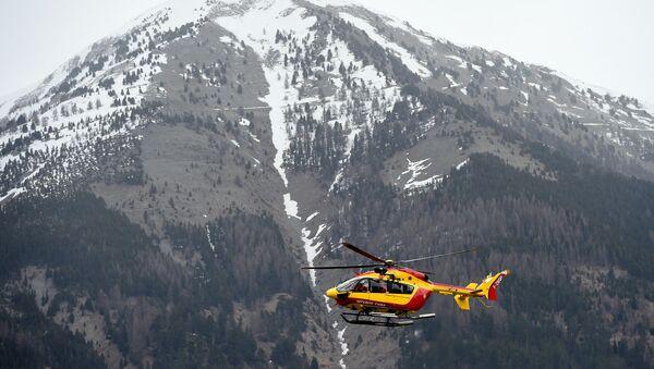 Вертолет недалеко от места крушения самолета Airbus A320 на юго-востоке Франции