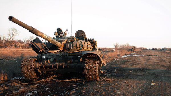 Уничтоженная украинская военная техника во время боевых действий в поселке Логвиново на Донбассе. Архивное фото
