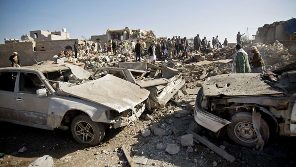 Последствия авиаударов Саудовской Аравии недалеко от аэропорта в столице Йемена Сане