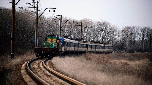 Поезд Ясиноватая-Луганск на участке железной дороги недалеко от Углегорска. Архивное фото