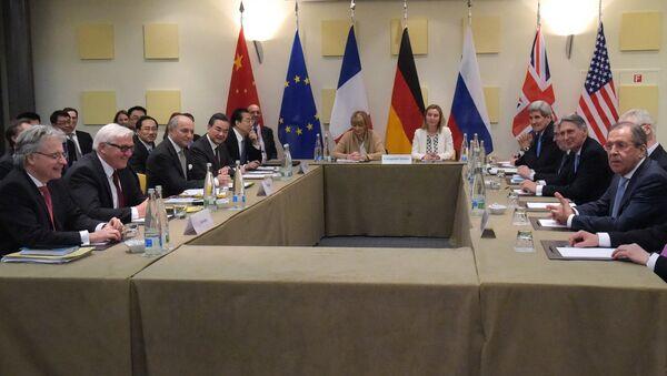Министр иностранных дел России Сергей Лавров и государственный секретарь США Джон Керри на консультации в рамках переговоров шестерки по иранской ядерной программе в швейцарской Лозанне