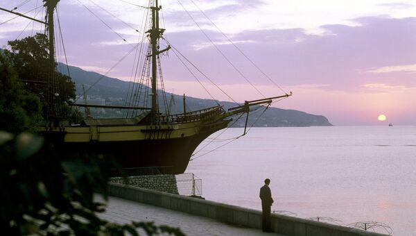 Вечером на набережной в Крыму. Архивное фото