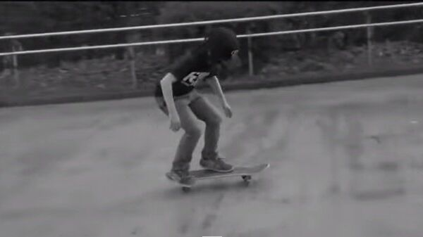 Маленький скейтбордист знает: главное – уверенно стоять на ногах