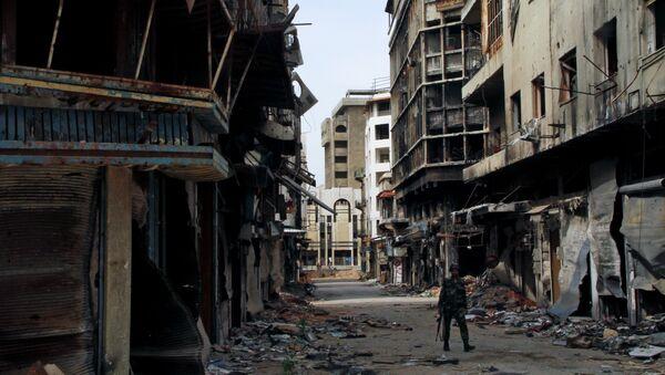 Военнослужащий сирийской армии на одной из улиц Хомса, Сирия. Архивное фото