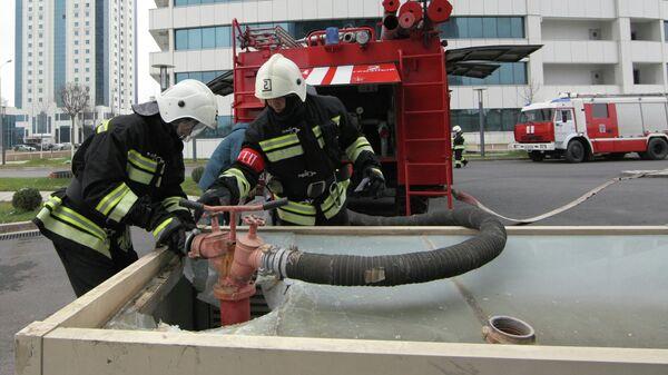 Сотрудники МЧС РФ подключают пожарный рукав к гидранту. Архивное фото