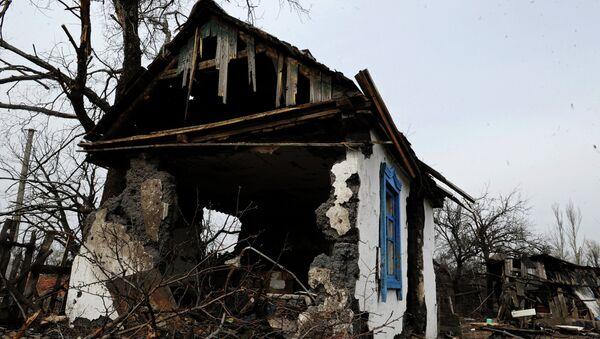 Разрушенная постройка в поселке Логвиново Донецкой области