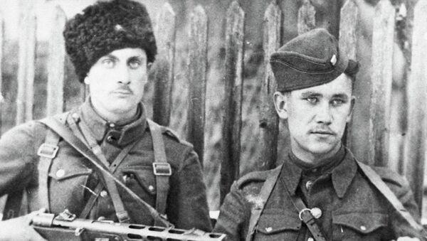Начальник штаба партизанского отряда Мститель Юрий Некруженко и Василий Соболин